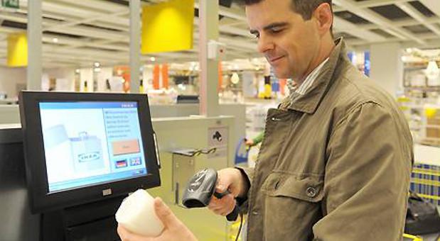 Ikea nutzt erfolgreich den Self-Checkout an den Kassen: Die Kunden scannen ihre Produkte selbst ein.