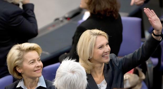 Nach langem Ringen am Ziel: Bundesfamilienministerin Manuela Schwesig (SPD) und Verteidigungsministerin Ursula von der Leyen (CDU) feiern die Entscheidung über die Einführung einer Frauenquote für Aufsichtsräte.