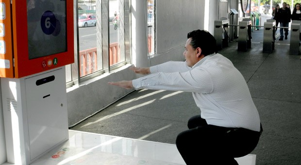 Ein übergewichtiger Mann macht Kniebeugen auf einem speziellen Fitness- Gerät an einer Bus-Station am in Mexiko-Stadt (Mexiko).