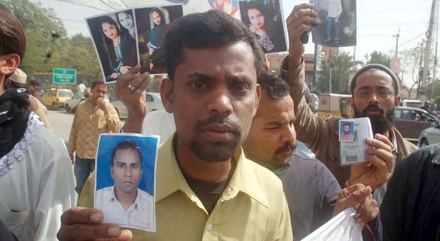Angehörige von Opfern des verheerenden Brandes in einer Textilfabrik in Pakistan.