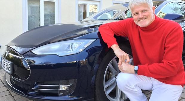 Michael Willberg mit seinem Tesla.