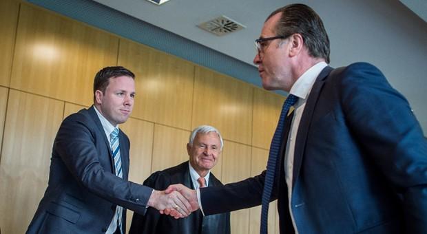 Unternehmer Clemens Tönnies (r) und sein Neffe Robert vor der Berufungsverhandlung am Oberlandesgericht im Familien-Streit um die Macht im Fleischkonzern.
