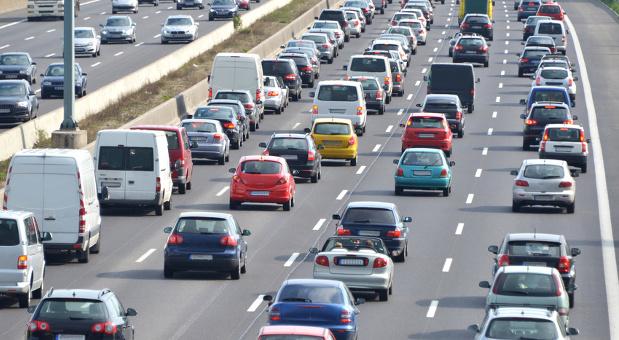 Auch die Autobahn könnte schon bald voller Autos sein, die selbstständig fahren.
