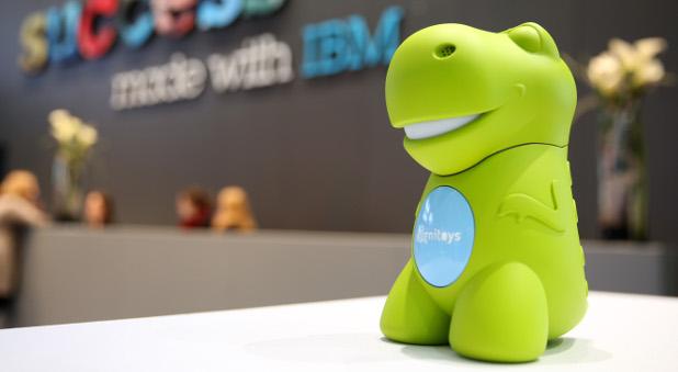 """Der grüne Spielzeug-Dino ist mit dem """"Gehirn"""" des bekannten Supercomputers Watson ausgestattet und soll kleinen Kindern in echten Gesprächen Fragen beantworten können."""