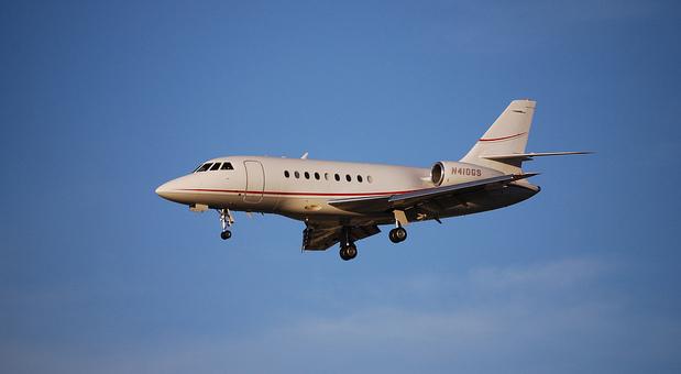 Eine Falcon 2000 dieses Typs verkauft Thyssen Krupp derzeit. Für den alten Firmenjet gibt es bisher noch keine Interessenten.