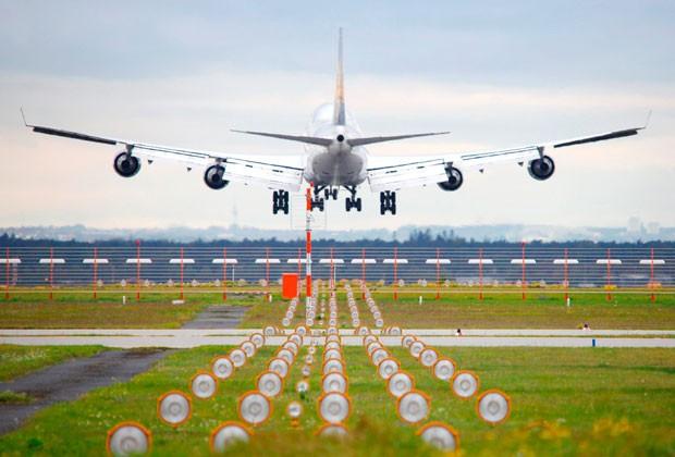 Ein Flugzeug bei der Landung auf dem Frankfurter Flughafen (Symbolbild)