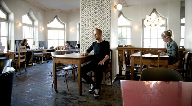 Café, Treffpunkt und Büro zugleich: Das Sankt Oberholz in Berlin.