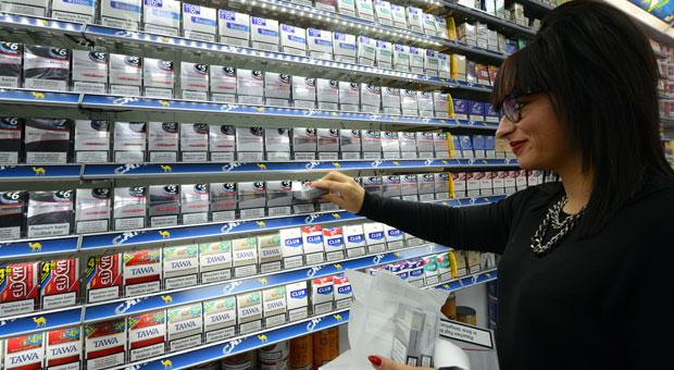 Viele Franzosen decken sich in Deutschland mit Zigaretten ein - zum Beispiel in Kehl. Im Foto füllt Ludivine Lesueur in einem Kehler Tabakladen die Regale auf.