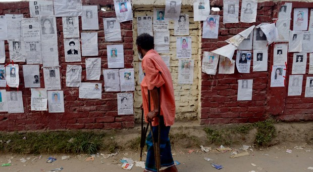 Bilder von Vermissten nach dem Einsturz der Textilfabrik Rana Plaza in Bangladesch.