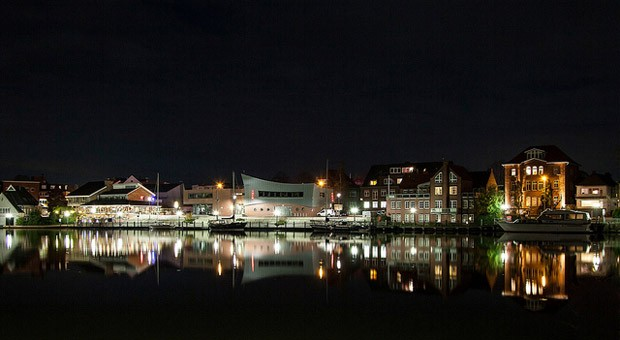 Für turbulentes Nachtleben ist das ostfriesische Leer zwar nicht unbedingt bekannt - schön sieht die Hafenpromenade aber auch im Dunkeln aus.
