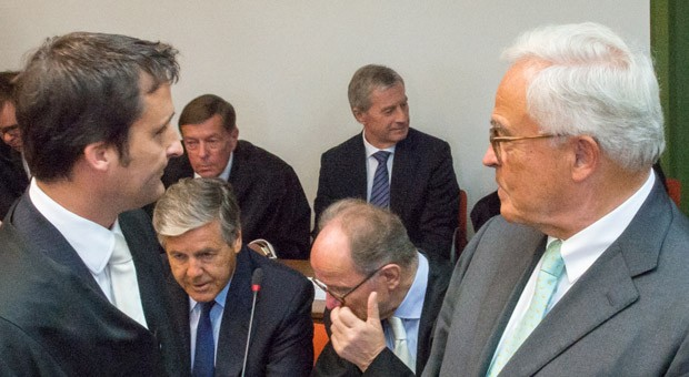 Die Angeklagten, die ehemaligen Vorstandsvorsitzenden der Deutschen Bank, Rolf Breuer (r.) und Josef Ackermann (2. Reihe 2.v.r.), und der derzeitige Co-Chef der Bank, Jürgen Fitschen (3. Reihe r.), zu Beginn des Strafprozesses am Landgericht München. Ihnen wird versuchter Prozessbetrug im Kirch-Prozess vorgeworfen.