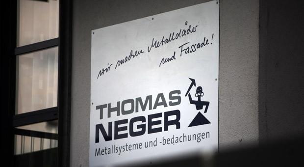 Seit vielen Jahren verwendet die Firma von Thomas Neger das Logo, das einst sein Großvater einführte. Trotz massiver Kritik will sich der Unternehmer nicht trennen.