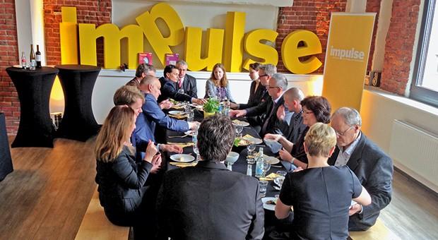 Gemeinsam essen und sich vernetzen: Unternehmer beim ersten impulse-Lunch