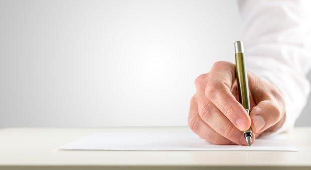 Mit dem Berliner Testament machen sich Eheleute oder Lebenspartner gegenseitig zu Alleinerben. Damit es gilt, muss es handschriftlich verfasst oder vom Notar aufgesetzt sein.