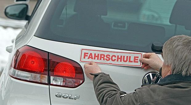 Fahrlehrer an seinem Dienstfahrzeug: Immer weniger Kandidaten für den Job auf dem Beifahrersitz