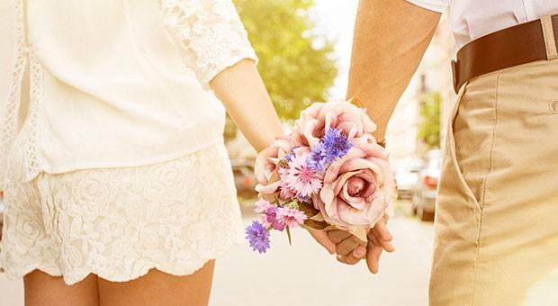 Verliebtes Paar im Frühling: Mit mehr Glückshormonen im Blut haben wir bessere Laune.
