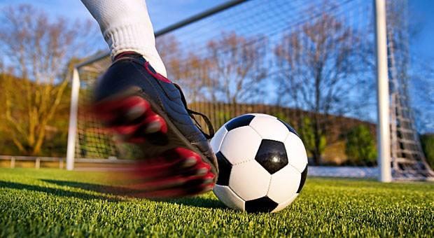 Die Miete mindern, weil Jugendliche vorm Haus Fußball spielen? Das dürfen Mieter nicht ohne Weiteres tun, hat der BGH entschieden.