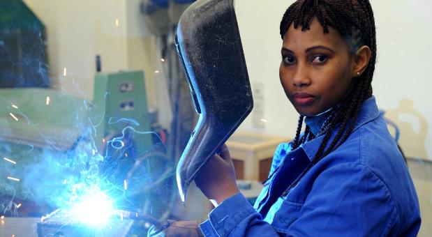 Die Schülerin Hadeiatou aus dem afrikanischen Guinea absolviert in der Metallwerkstatt der Allgemeinen Berufsschule in Bremen einen Kurs im E-Schweißen.