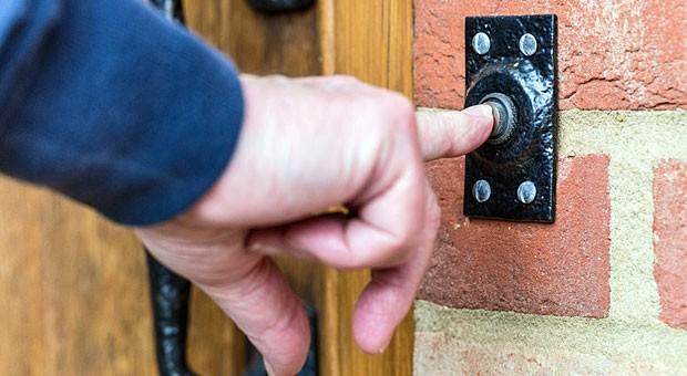 Wenn die Handwerker klingeln, muss der Mieter öffnen - andernfalls kann der Vermieter fristlos kündigen