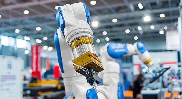 Roboterarm in einer Fabrik:  Auch in der Fertigung geht es immer mehr um den Einsatz von Software und den Austausch von Daten.
