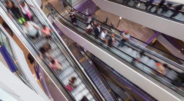Rolltreppen in einem Einkaufszentrum: Der Jobmotor Einzelhandel stottert.