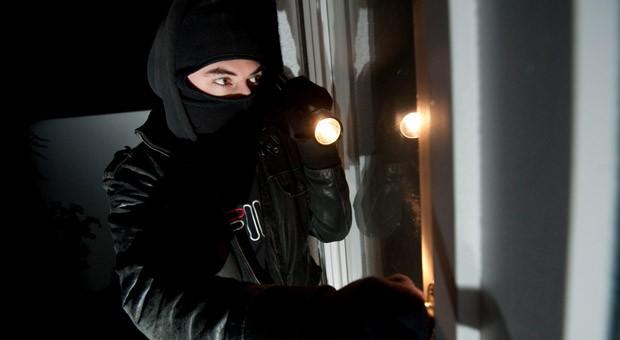 Einbrecher sollen es schwerer haben: Immobilienbesitzer können künftig einen Zuschuss bekommen, wenn sie sicherere Tür- oder Fensterverriegelungen einbauen.