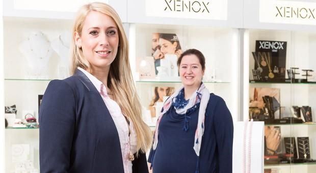 Sandra (links) und Tanja Volkwein in ihrem Juwelierladen.