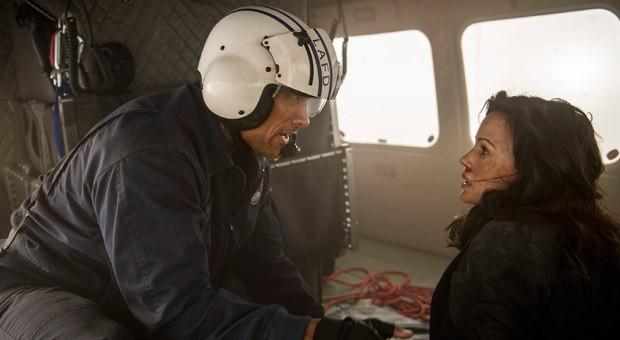 """Im Katastrophenthriller """"San Andreas"""" spielt Dwayne Johnson (im Bild mit Carla Gugino) den Helikopter-Rettungspiloten Ray."""