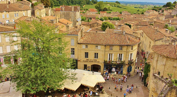Die Altstadt von Saint-Émilion und die umliegenden Weinanbaugebiete locken jährlich viele Touristen an.