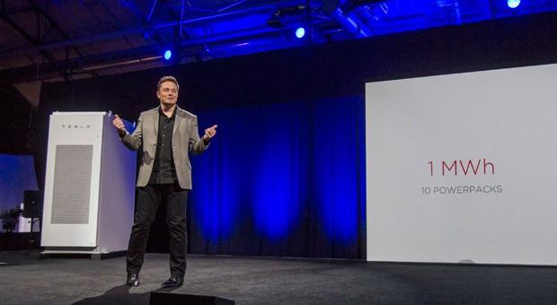 Tesla-Chef Elon Musk bei der Vorstellung der neuen Batterien für Unternehmen und Privathaushalte in Kalifornien.