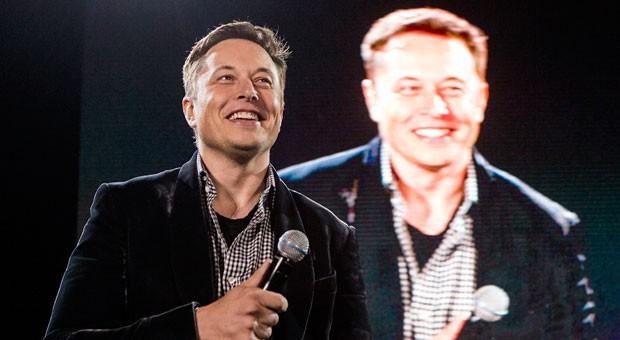 Elon Musk vor seinem überlebensgroßen Videobild: Keine Idee ist ihm zu groß oder zu verrückt, um sie zu verfolgen.