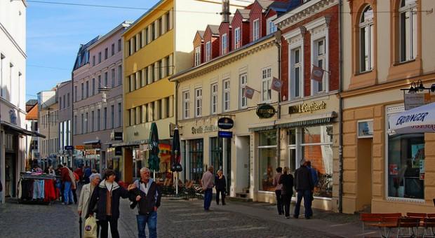 Einkaufsstraße in Stralsund: Erlebnis und Beratung sind die Erfolgskonzepte des Einzelhandels - denn anfassen, riechen, probieren geht online nicht.