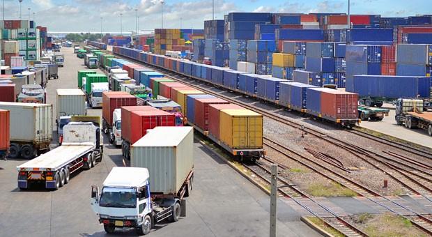 Verladung von der Schiene auf die Straße: Fallen wegen des Streiks Güterzüge aus, muss die Spedition sofort verfügbare Lastwagen finden.