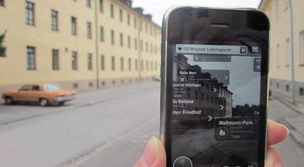Eine App von Metaio blendet zusätzliche Informationen zu Objekten auf dem Smartphone-Display ein - hier: die Lieblingsorte des SZ Magazins aus München.