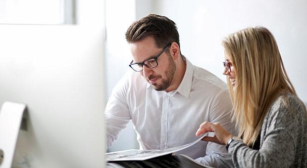43 Prozent der Arbeitnehmer haben mehr Spaß im Job, wenn sie häufig in Gruppen arbeiten. Setzen Sie also auf Teamarbeit - aber übertreiben Sie es nicht: Ständige Meetings finden viele Mitarbeiter eher lästig als motivierend.