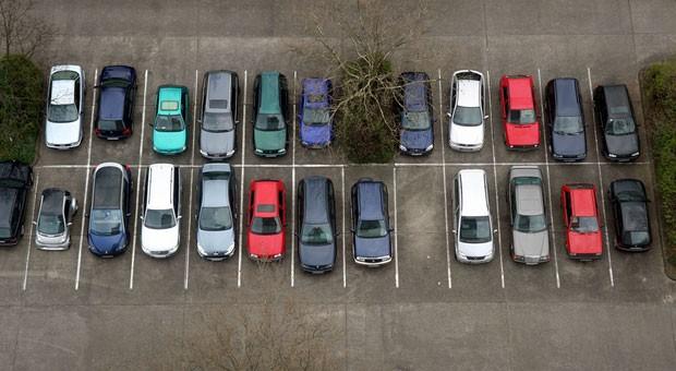 Parklücke auf dem Parkplatz: Vorbeifahren, Parkprogramm anwählen und der Wagen rollt automatisch hinein.