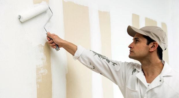 Maler bei der Arbeit: Fast jeder dritte Deutsche findet Schwarzarbeit verzeihlich.