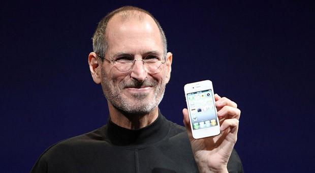 Apple-Entwicklerkonferenz 2010: Steve Jobs präsentiert das iPhone 4. Im neuen Biopic spielt  Michael Fassbender den Apple-Gründer.