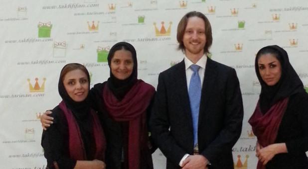 Die Gründer Start-ups Takhfifan Nazanin Daneshvar (2. von links) und Ference Brose mit zwei Mitarbeiterinnen.