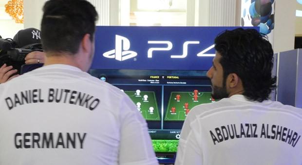 Daniel Butenko und Abdulaziz Alsheri aus Saudi Arabien kämpfen beim Finale des FIFA Interactive World Cups um den WM-Titel.