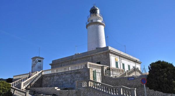 Der alte Leuchtturm von Cap de Formentor ist eine der Sehenswürdigkeiten in dem kleinen Ort.