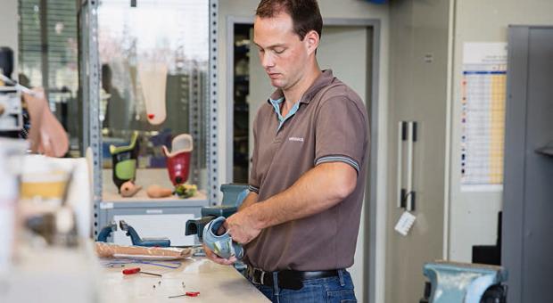 Ottobock produziert  Prothesen, Orthesen, Rollstühle und Neurorehabilitation.