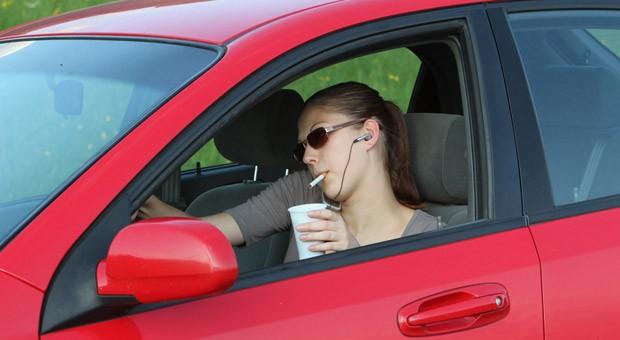 Rauchen, trinken:, Musik hören - und dann auch noch fahren: Ablenkungen im Auto können zu gefährlichen Unfällen führen.