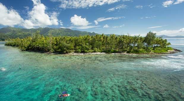 Auf dem kleinen Boot da unten am Bildrand könnten Sie sitzen: Die Insel Maraeroa gibt's bei Tchibo für 990.000 Euro.
