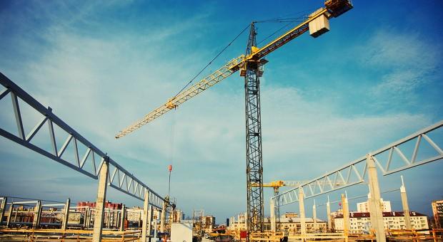 Seit 2011 sind die Bauzinsen stetig günstiger geworden. Obwohl sie nun wieder steigen, bleibt das Baugeld weiterhin verhältnismäßig günstig.