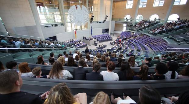 Der Bundestag hat an diesem Donnerstag ein Gesetzespaket beschlossen, das unter anderem eine Anhebung des Kindergeldes, des Kinderzuschlags, des Kinderfreibetrages und des Grundfreibetrages vorsieht.