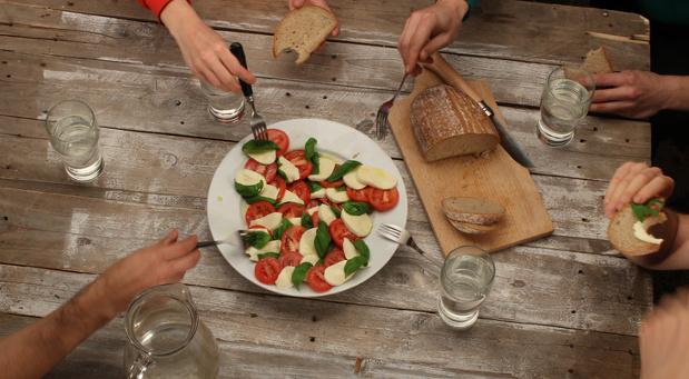 Firmen sollten das Potenzial von Diversity mehr nutzen: Schon ein gemeinsames Essen der Mitarbeiter fördert das Kennenlernen und den Austausch unter den Kollegen.