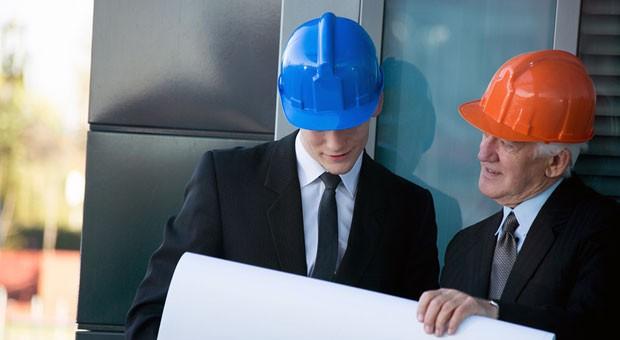 Vater und Sohn auf der Baustelle: Nur wenn die Verantwortlichkeiten klar definiert sind, kann der Generationswechsel in Familienunternehmengelingen.