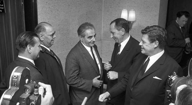 Metall-Tarifverhandlungen im Jahr 1967: IG Metall Bezirksleiter Willi Bleicher (3.v.l.), der Vorsitzende Gesamtmetall, Herbert van Hüllen (2.v.r.) und Hanns Martin Schleyer (r), der Vorsitzende des Verbandes württembergisch-badischer Metallindustrieller.