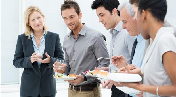 Small-Talk am Buffet - ein perfekter Ausgangspunkt für die Kaltakquise.
